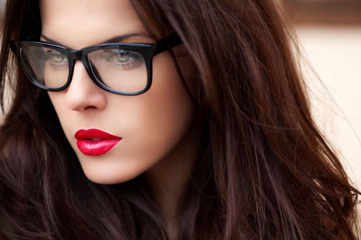 Makeup trends. Μακιγιάζ για κοπέλες που φοράνε γυαλιά. Καλοσχηματισμένα φρύδια, σκιάσεις και έντονα χείλη που κάνουν αντίθεση με το σκελετό των γυαλιών.