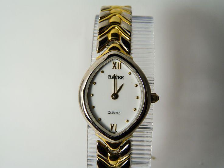 RELOJ RACER Reloj Racer para mujer, es  pequeño, tipo joya en acero combinado con chapado oro. Su forma ovalada lo distingue de modelos más clásicos. Esfera blanca con el XII y el VI en dorado, el resto son puntitos también en dorado. OFERTA  de 125€ a 59€