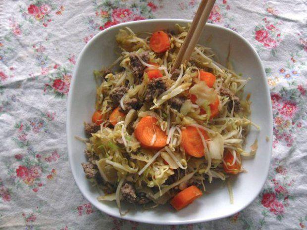 Hackfleisch im Wok mit Sojasprossen und Kraut
