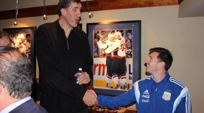 Messi Berfoto Dengan Mantan Pemain NBA, Perbedaan Yang Sangat Jauh! - Scuad Timnas Argentina menyempatkan