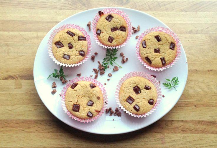 sunne muffins med sjokoladebiter.  Laget med mager kesam. Røren kan brukes som grunnoppskrift. bare tilsett det man ønsker. gir ca 8 muffins, så doble oppskriften gjerne.