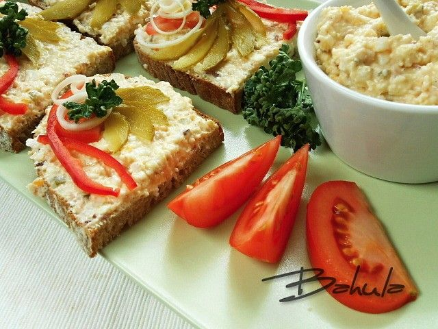 Máslo, sýr, majonézu a hořčici utřeme. Slaninu, vajíčka, okurky a cibuli pomeleme na masovém mlýnku. Vše řádně promícháme, dle chuti okořeníme...