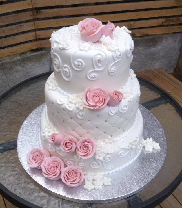 Nydelig bryllupskake i 4 etg. Denne har 2 sjokoladekaker og 2 vaniljekaker fylt med vaniljkrem og bær. Pris 3900,-