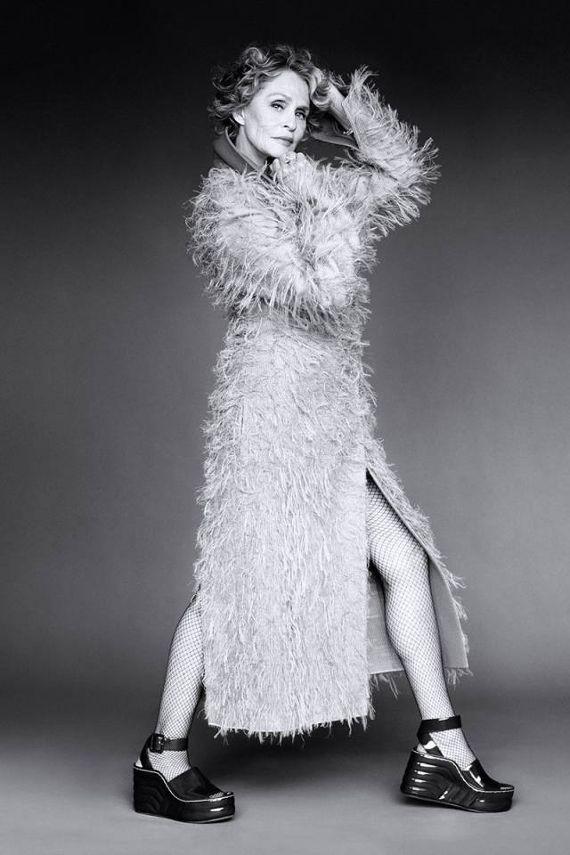 Ikony mody wg Carine Roitfeld.  Dziewiętnaście obłędnych portretów kobiet.   LAUREN HUTTON  Bez cienia zwątpienia można nazwać ją ikoną mody. Dziś przeszło siedemdziesięcioletnia Lauren, w przeszłości aż 28 razy pojawiała się na okładce Vogue. Ma niezwykle bogate portfolio aktorskie – na dużym ekranie występowała od 1968 roku.  Więcej na Moda Cafe!