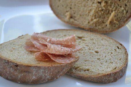 Bei diesem köstlichen Ruchbrot Rezept greift jeder gerne zu. Überzeugen Sie sich selbst und probieren Sie doch das delikate Brot.