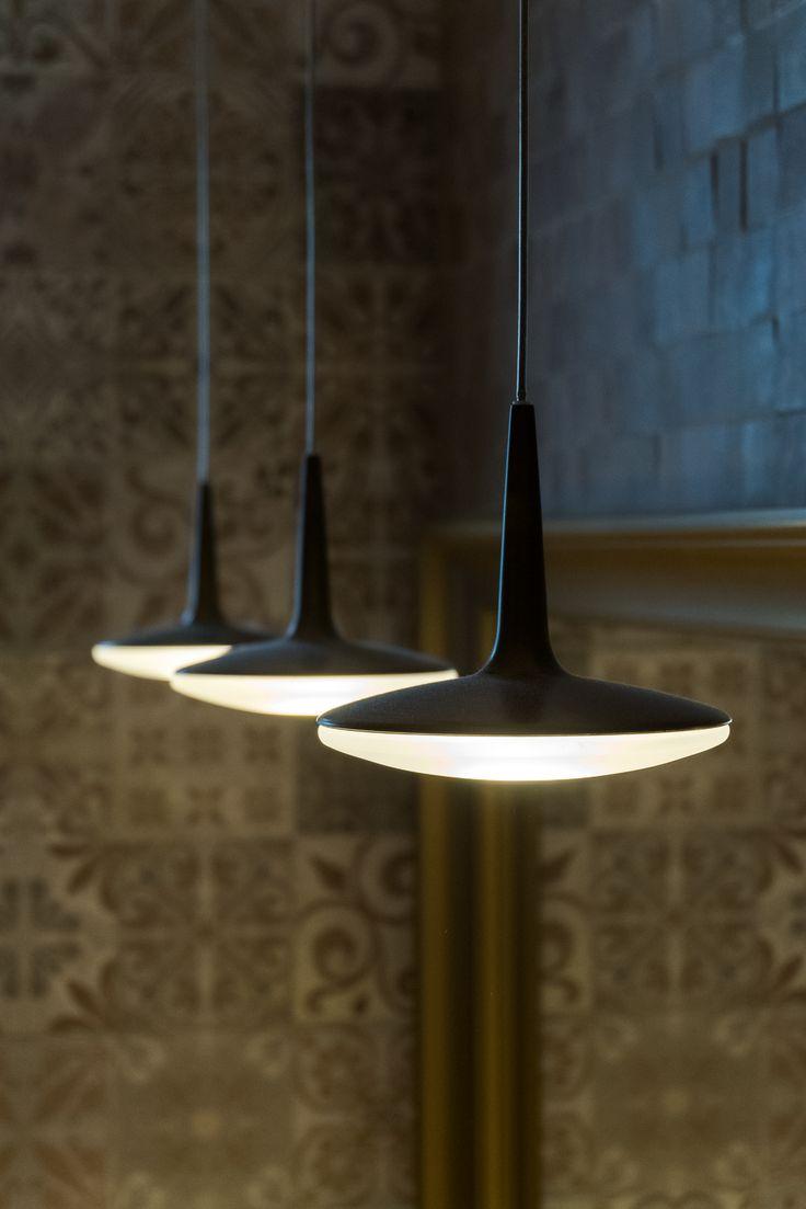 Minimalistyczne lampy na tle ceramiki PORCELANOSY ze strukturą 3D.  Projekt łazienki: Jacek Tryc - wnętrza.
