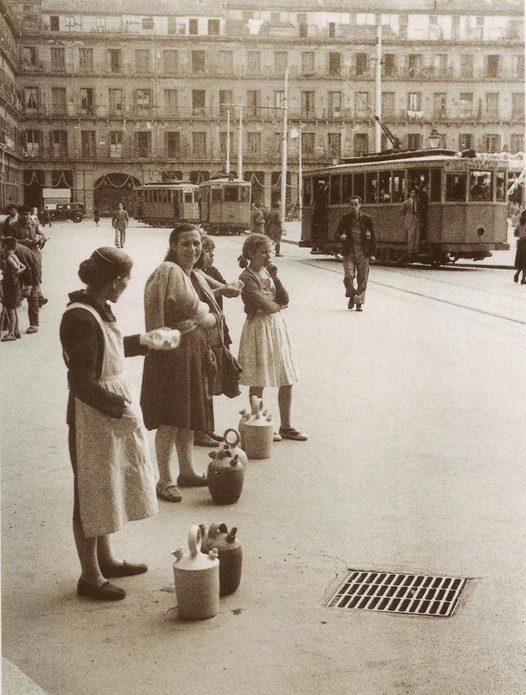 1950. Plaza Mayor. Mujeres ofreciendo agua por unas monedas