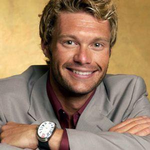 Ryan Seacrest a devenit coprezentatorul unei noi emisiuni TV, intitulata American Idol.  In iulie 2009, el a devenit cel mai bine platit prezentator, atunci cand a semnat contractul de 45 milioane de dolari pe 3 ani cu CKX.