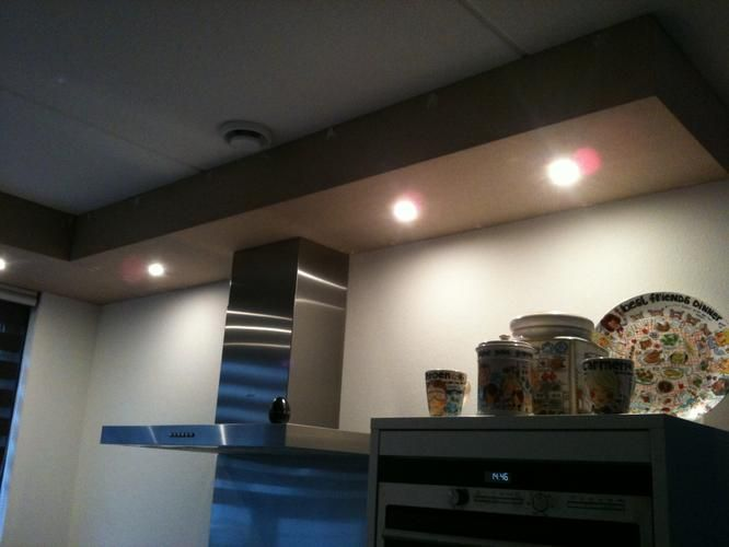 Koof Keuken Afzuigkap : Boven de keuken is een koof geplaatst, met spotjes, van MDF. Deze moet