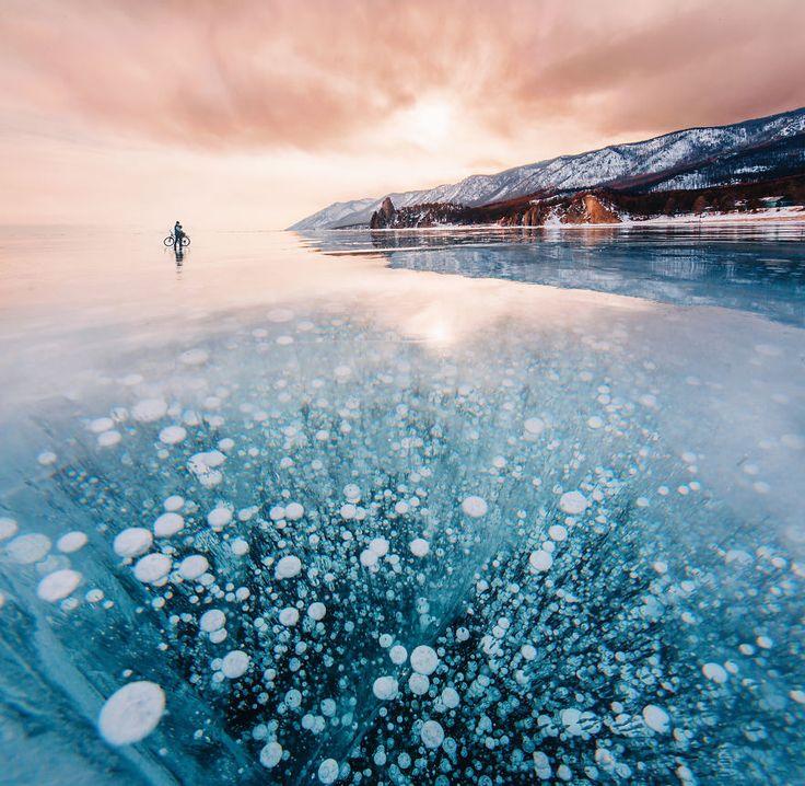 Mujer camina sobre el Lago Baikal (el más viejo del mundo) y produce estas imágenes
