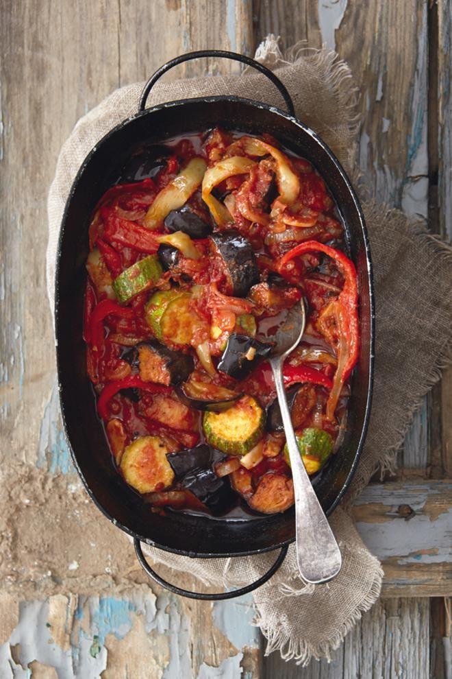 """Τουρλού λαχανικών με ούζο και κύμινο -3 Zucchini cut into medium-sized pieces -2 Large eggplant cut into medium-sized pieces -1 Pound ripe tomatoes cut into pieces (without peel and seeds) -1 Florina peppers cut into thin strips -1 Horn pepper cut into thin strips -2 Onions cut into thin slices 1/2 cup olive oil -1 """"Homemade"""" Chicken Broth Knorr -3 Tsp. tablespoons tomato paste -2 Cloves garlic, crushed -1 Tsp. sweet sugar -1/2 Tsp. teaspoon cumin -1 bay leaf -2 Shots of ouzo,"""