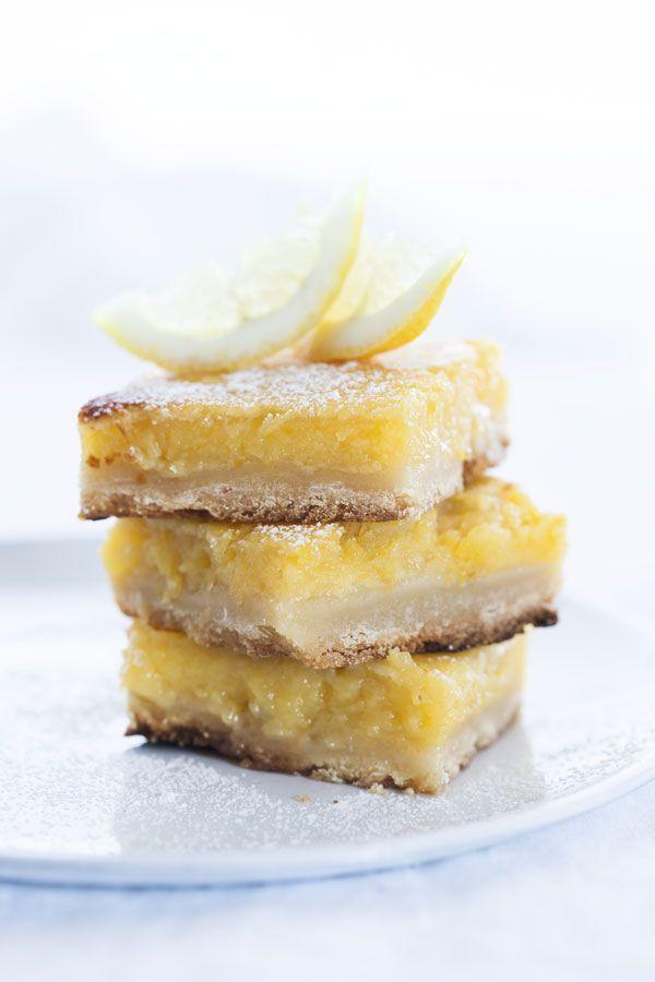 <p>SITRONRUTER<br />Lemonbars, eller sitronruter på norsk, er en deilig amerikansk klassiker som smelter i munnen!</p> <p>Bunn:<br />5 dl hvetemel<br />1,3 dl melis eller finkornet sukker<br />230 g smør</p> <p>Sitronfyll:<br />4 egg<br />5 dl sukker<br />Saften av to sitroner<br />0,6 dl hvetemel<br />0,5 ts bakepulver<br />Nok til 1 kake (ca 20 ruter)</p> <p>Slik gjør du:<br />Smuldre ingrediensene til bunnen til det ligner en paideig.<br />Press deigen i bunnen av en middels stor ...