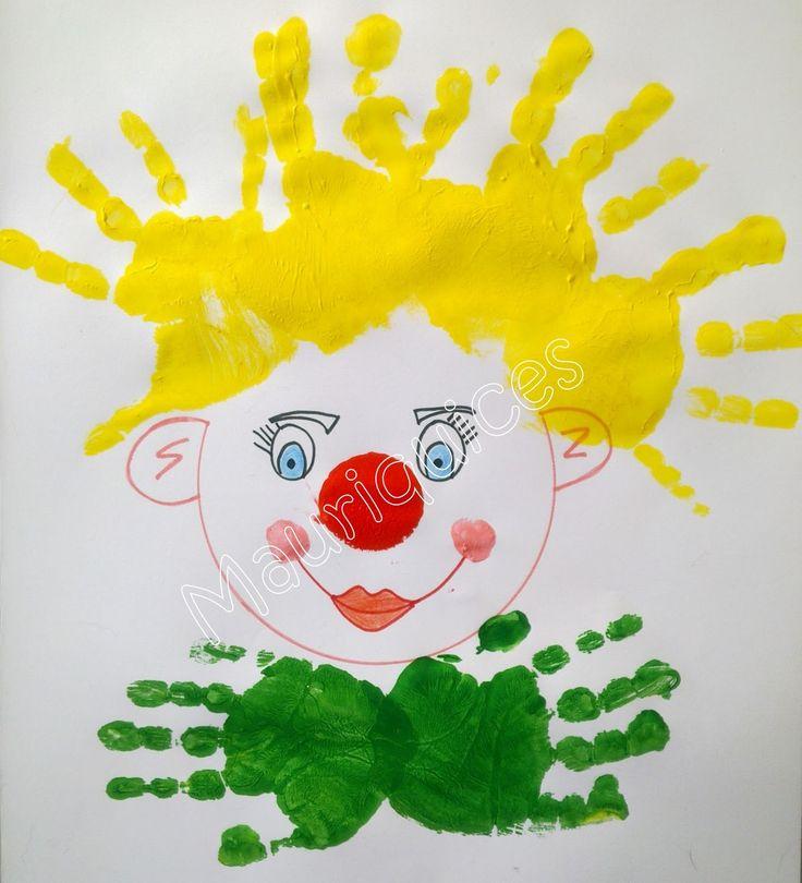 Estampámos as nossas mãos com tinta amarela para fazer a cabeleira do palhaço e com tinta verde fizemos o laço. Com tinta vermelha est...