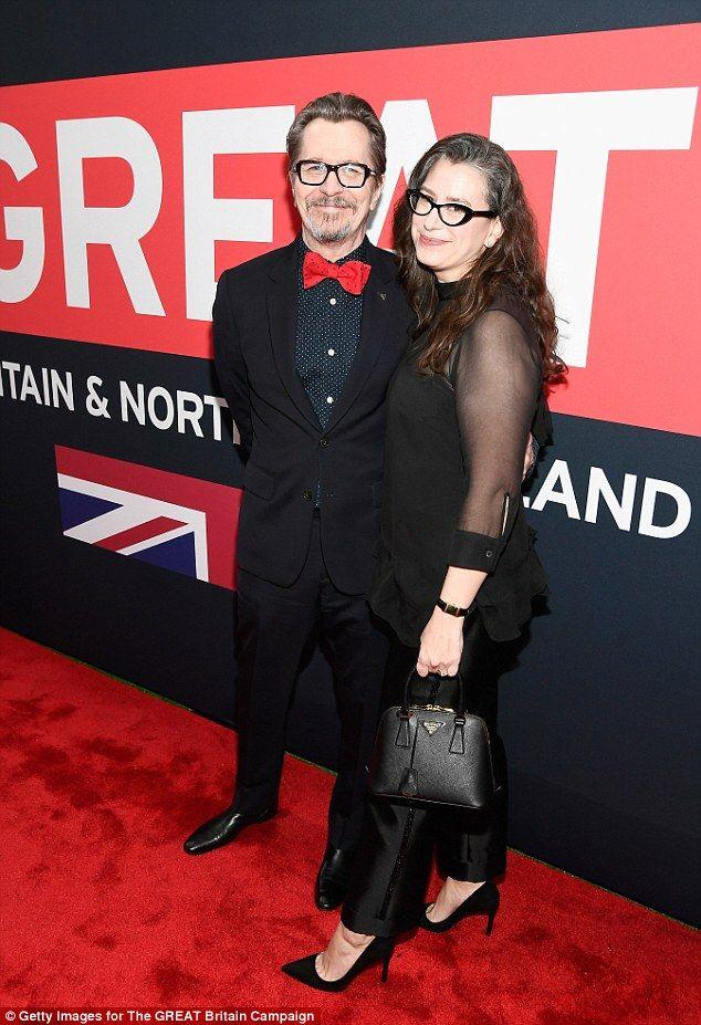 Gary Oldman, de 59 años, recibió el apoyo de su esposa Gisele Schmidt en la Gran Recepción de Cine Británico, en Los Ángeles, California , el viernes.  El actor nominado al Oscar y su glamorosa esposa eran la imagen de una pareja recién casada cuando se acurrucaron en la alfombra roja.
