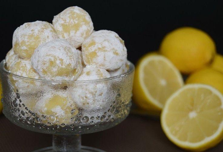 Extrémně dobré, extrémně jednoduché citrónové lanýže, které si tak oblíbíte, že klasické moučné cukroví už nebudete ani připravovat. Doslova se rozplývají na jazyku a ta chuť se nedá popsat. Musíte vyzkoušet, abyste věděli co je to za chuť. Mňam!