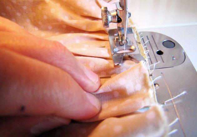 faire des fronces sans fil de fronces, méthode japonaise. A adapter avec beauuuuuuuucoup plus d'épingles que sur la démo, pour un résultat plus régulier...