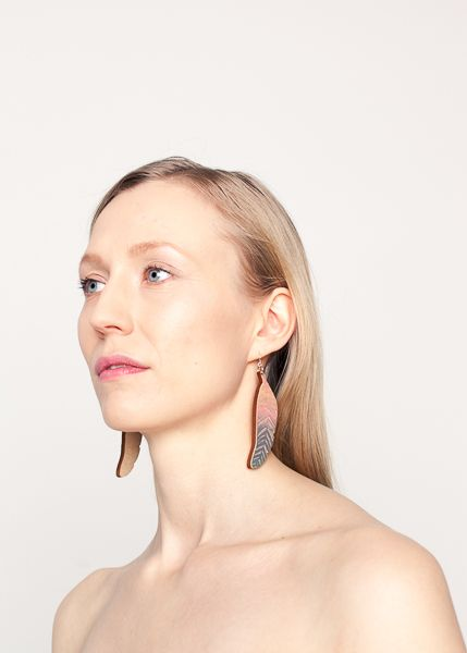 Good News nude cotton candy earrings // Good News nude hattara Photo: Utu-Tuuli Jussila Model: Elisa Harva