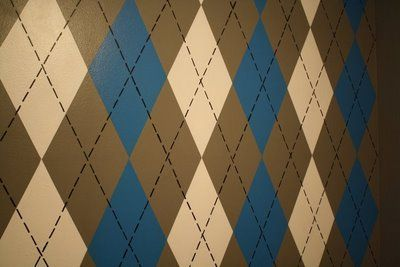 How To Paint An Argyle Wall - Design Dazzle.  Easy enough, just time consuming. Again, where could I talk my hubby into doing this one?