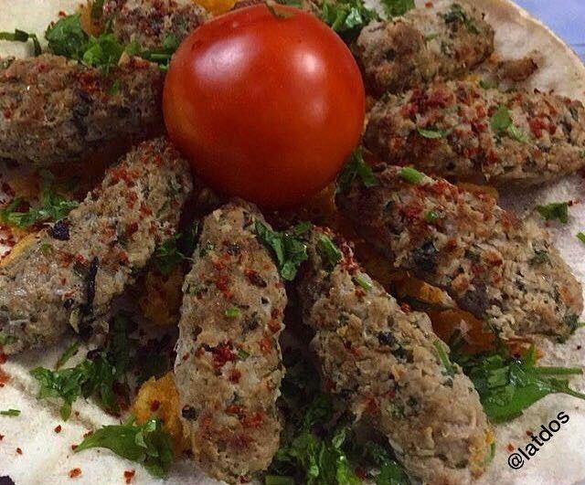 كباب لحم تركي 500 جرام لحم غنم مفروم نسبة الدهن 30 هالإضافة تفرق في الطعم كثير 1 بصلة متوسطة الحجم مفرومة ناعم 1 2كوب بقدونس مفرو Arabian Food Food Meat