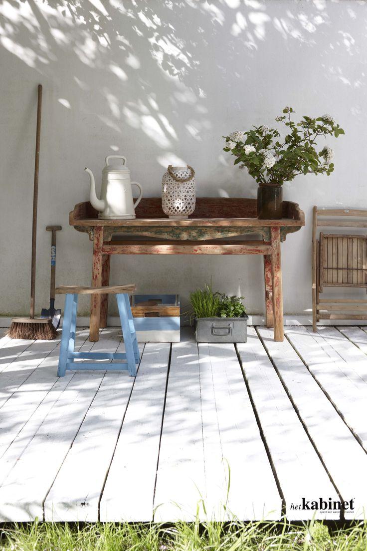 De uniek wandtafel biedt voldoende afzetruimte en een extra werkplek in de tuin #outside #buiten #meubels #uniek