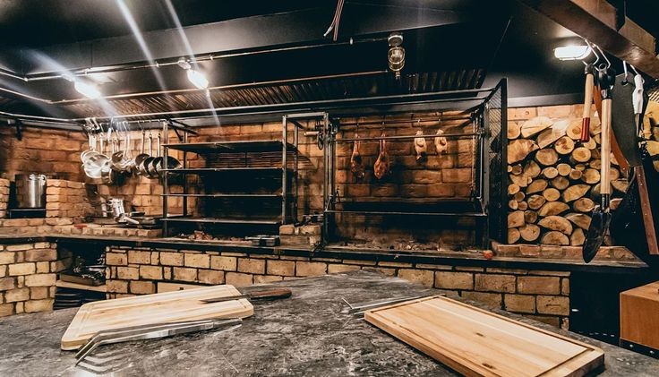 Το Wolves of Kitchen του Alsi Sinanaj το γνωρίσαμε το καλοκαίρι στην Μύκονο. Τώρα άνοιξε και στο Νέο Ψυχικό, εκεί που συναντούσαμε τους Διόσκουρους, με διαφοροποιημένο και πολύ ενδιαφέρον concept.