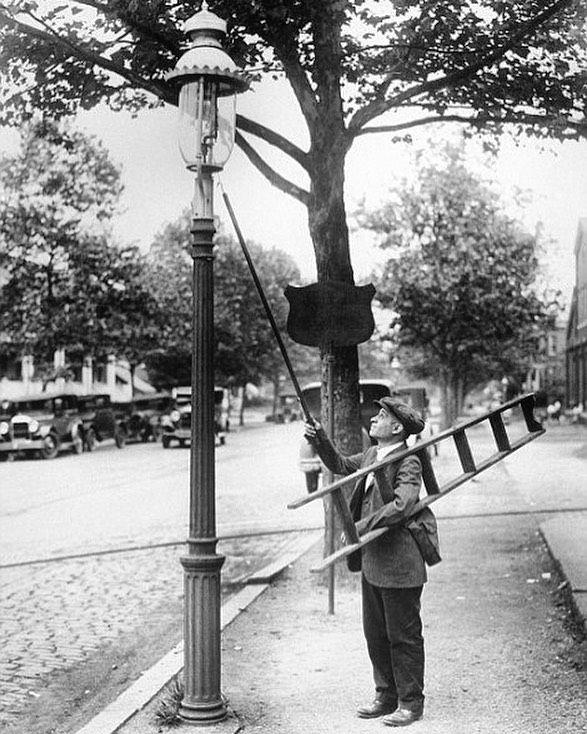 Curious Lamplighter In 2020 Gas Lights Street Light 19th Century London