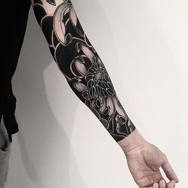 Japanese style black work tattoo sleeve by @horiokami.