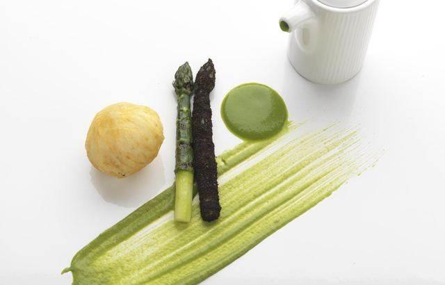 Crispy hen's egg and asparagus soup