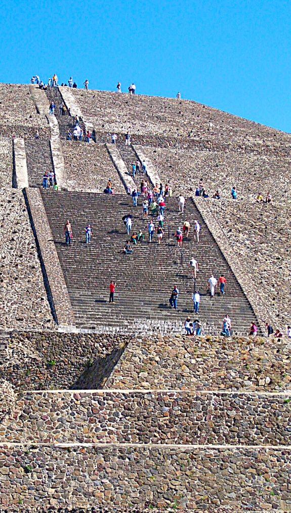 este es un lugar que se llama Teotihuacan . esta se encuentra en la ciudad de Teotihuacan en México . Saburo Sugiyama y Saburo Sugiyama construyeron esta agricultura . este lugar está hecho de diferentes tipos de rocas .
