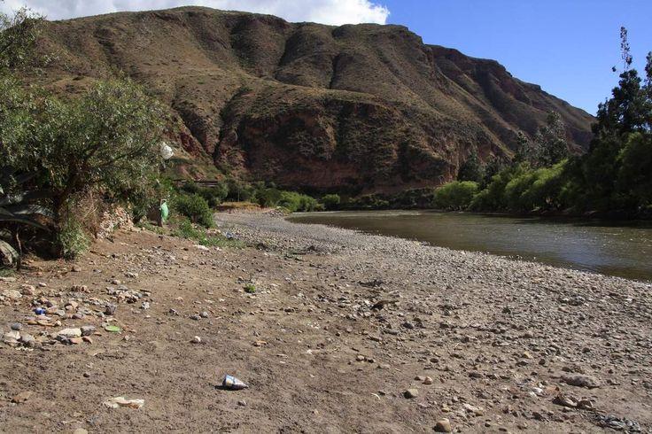 A Ollantaytambo au Pérou, juste après avoir visité les salinas, sur le chemin du retour, nous sommes tout à coup pris d'une horrible vision. Des dizaines et des dizaines de déchets s'amassent près de la rivière… En nous approchant un peu, nous comprenons...