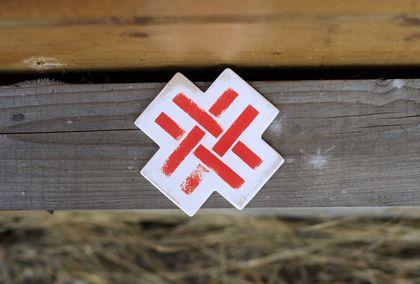 Дизайн и изготовления - Елена Ква. Декоративная подвеска из дерева Красный репей.