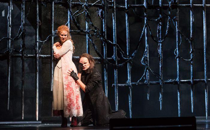 Christine (Sofie Asplund) tuntee myötätuntoa laulunopettajakseen ryhtynyttä muotopuolta Kummitusta (Ville Rusanen) kohtaan. Oopperan kummitus on kasvutarina, kauhukertomus ja yltiöromanttinen aikuisten satu.