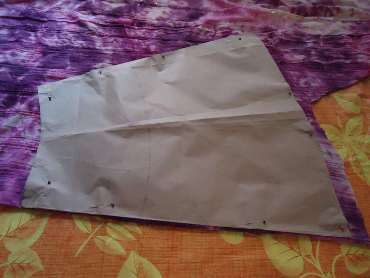 Para cortar las piezas traseras de la falda colocamos el patrón de igual forma que la anterior, dejando márgenes de costura en los costados, ruedo o dobladillo y cintura, marcamos.