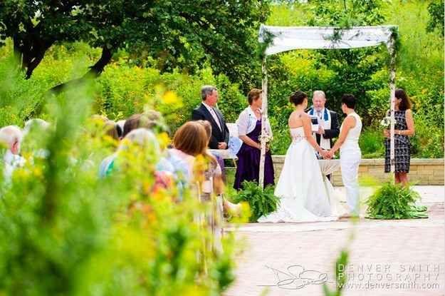 """...y en lugar de eso ambas optan porque sus padres se paren junto a ellas durante la ceremonia"""".   13 fotógrafos en sus bodas favoritas de personas del mismo sexo"""