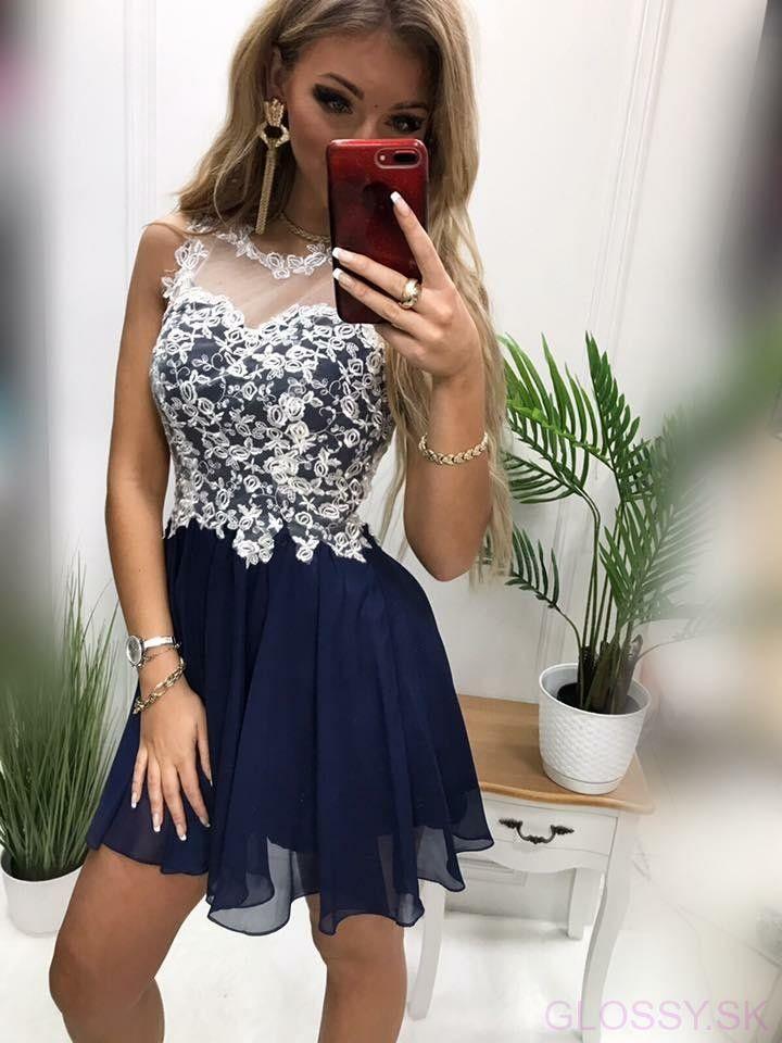 051cd19be14c Tmavomodré šaty s bielym vyšívaným vzorom sú ideálnym doplnkom na  spoločenské udalosti. Nádherný biely vyšívaný