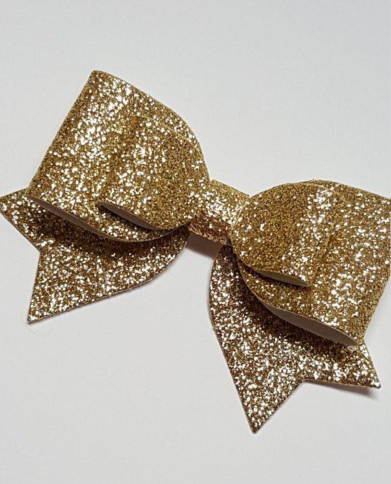 FORFAIT LIVRAISON ***  Cet arc de belles paillettes d'or est parfait pour vous ou pour votre tout-petit et peut être posé sur une bande élastique skinny (bandeau 1/8) ou une pince à cheveux crocodile doublé ruban. Cet arc a minimal de perd pas de poils et mesure environ 2 x 3 ou 3 po x 4,5 po.. Cet arc est disponible en 2 tailles plus grandes (liens ci-dessous) et peut également être fait avec la queue et noeud en parallèle, tout droit et en argent et noir (voir annonces paillettes suppl...