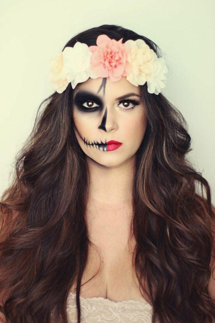 maquillaje zombie, mujer media cara mquillada de calavera, pelo largo y corona de flores
