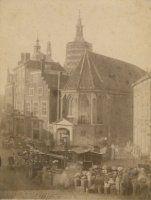Groenmarkt, met in het midden de kapel van het Sint Nicolaasgasthuis, foto: M. Hille 1860 (opent in nieuw venster)