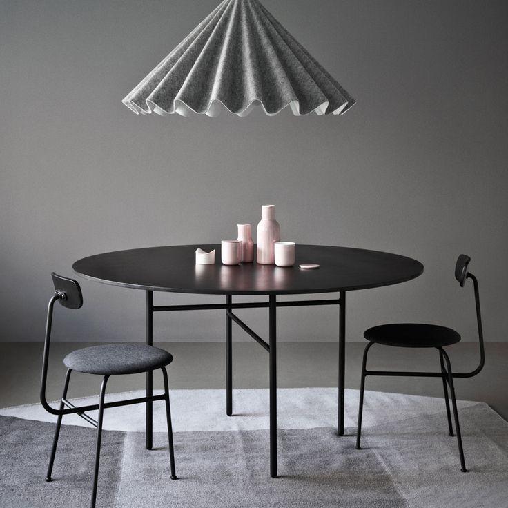 Snaregade matbord är tillverkat i svartlackad ekfanér med stativ i pulverlackat stål. Tidlös skönhet med en enkel konstruktion där benen är perfekt placerade både symmetriskt och för gott om plats för stolar. Bordet namngavs efter gatan i Köpenhamn där formgivarduon Norm Architects studio ligger.