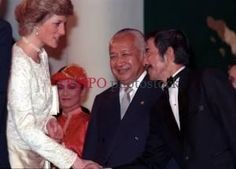 Lady Diana bersalaman dengan Bill Saragih (kanan) disaksikan Presiden Soeharto di Jakarta, 1989. [TEMPO/ Ali Said; 39C/473/1989; 39C47303]
