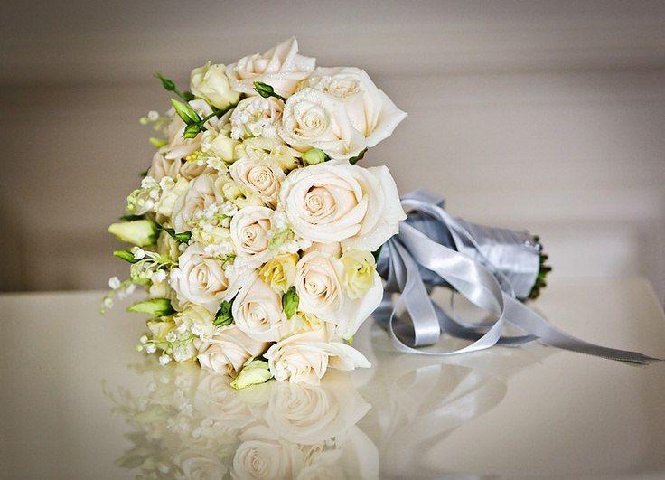 Bukiet ślubny z róż i konwalii