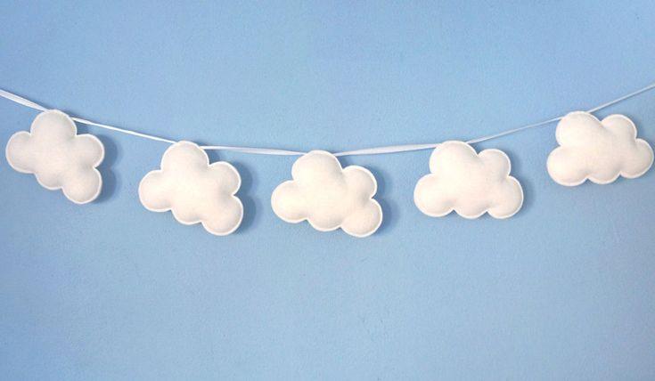 Witte Wolkenslinger, Vilten Babykamer Wolkjes van Lily Razz op DaWanda.com