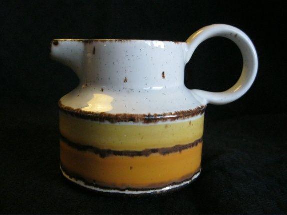 Fin fløtemugge eller melkemugge, retro - tidlig 1970-tall. Produsert av Wedgwood, i Staffordshire, England. Serviset heter Stonehedge Midwinter, denne dekoren ...