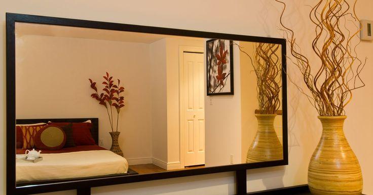 Cómo Pegar un marco de madera a la superficie de un espejo. Los espejos planos que se cuelgan en la pared, como en un cuarto de baño, pueden ser adornados agregándoles un borde o marco de madera. También puedes utilizar un marco para cubrir los bordes de los espejos que han empezado a pelarse o se han decolorado o dañado. Los marcos de madera se pueden fijar a un espejo usando pegamento epoxy. También ...
