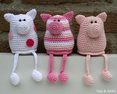 free crochet pattern for these cute crochet piggies in Dutch by Stip & HAAK: Varkentje Pip