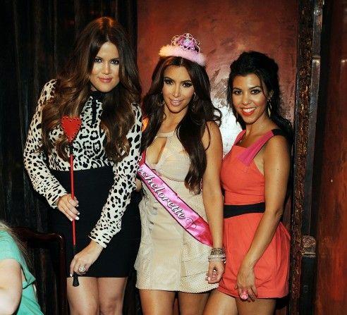 Kim Kardashian na swój wieczór panieński wybrała koronę i szarfę.