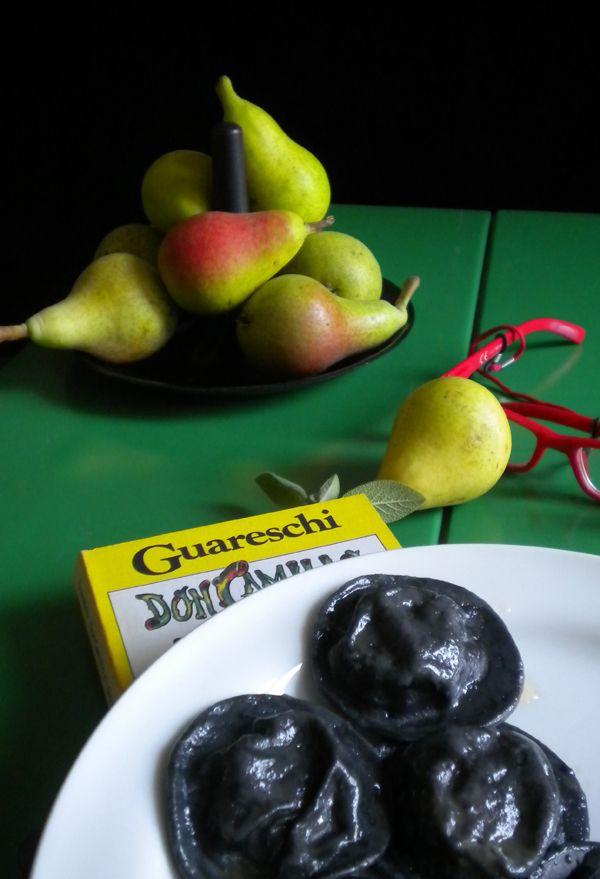 I DonCamilli: ravioli neri con parmigiano e pere.