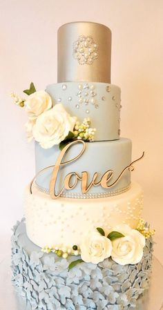 Incredible vintage wedding cake design in white, powder blue and gold. Perlas incrustadas en este imponente pastel vintage en blanco, celeste y dorado diseñado por Rebekah Naomi Cake Design