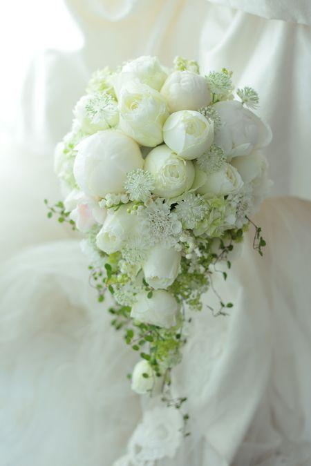 セミキャスケードブーケ 山の上ホテル様へ 芍薬と丸いバラで : 一会 ウエディングの花