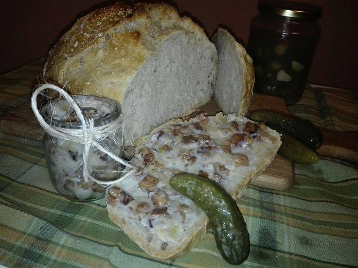 Niezdrowo...ale cóż...raz na jakiś czas, ze świeżym chlebem i babcinymi ogórkami - nie można się oprzeć ;)